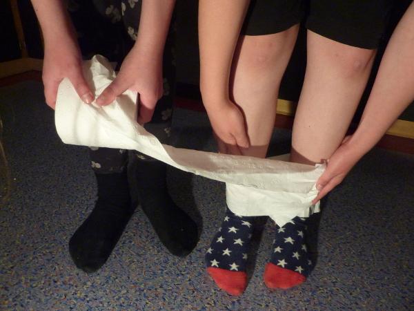Mumie einwickeln - kindergeburtstag spiele